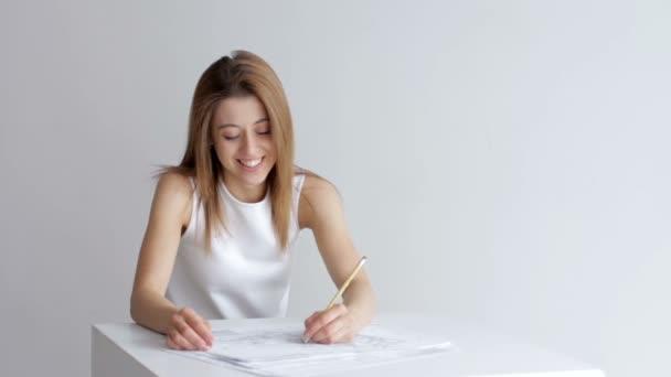 Pretty Woman architekt kreslí stavební projekt