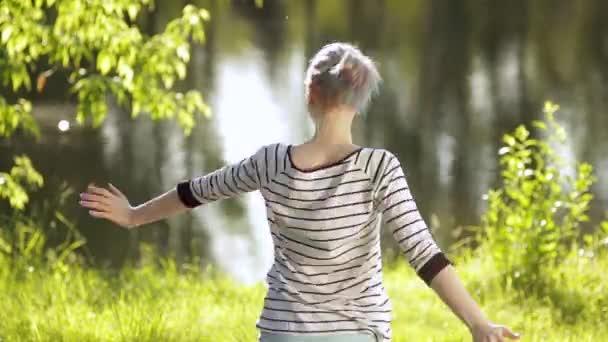 boldog nő élvezi természet