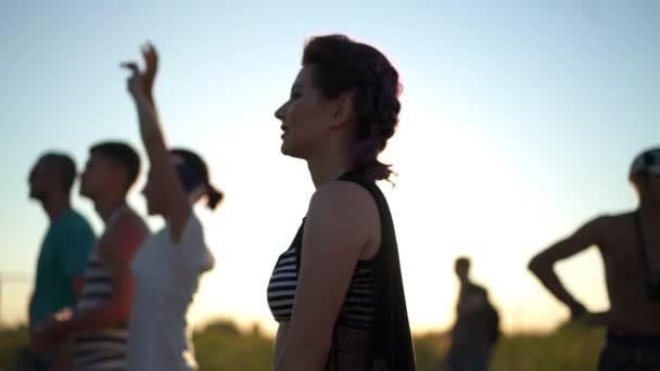Sexy Mädchen in kurzen Hosen tanzen, eröffnen Air festival