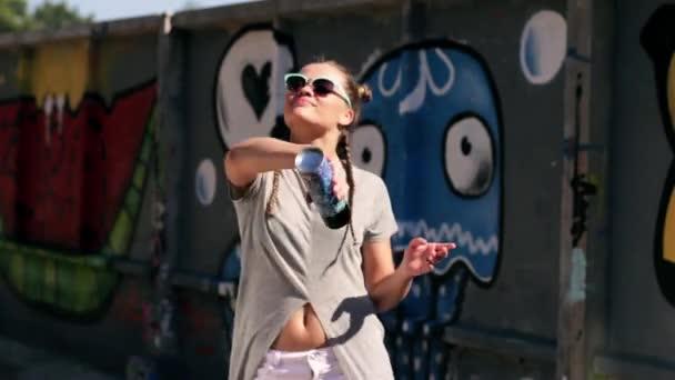 mladá žena v brýle třást sprejem