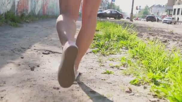 zlobivá holka chodit po graffiti zeď