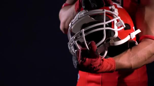 Sportovec hráč amerického fotbalu ve tmě