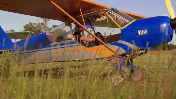 pilot v kokpitu vinobraní letadlo