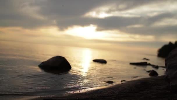 Západ slunce formě lonely beach