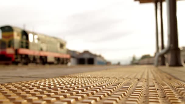 Rozmazaný obraz nádraží, vlak, předávání
