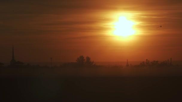 Ptáci nad výhledem na západ slunce