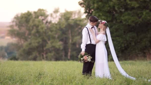 Ženich a nevěsta kytici postavení v trávě