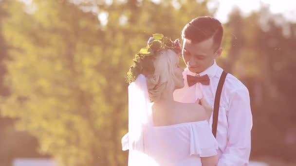 nevěsta a ženich při západu slunce
