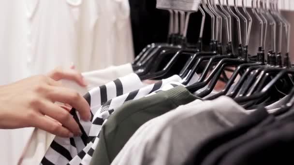 Oblečení pověsit na police a ženské ruky
