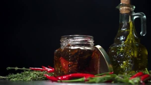 olivový olej, pečená rajčata a chilli rotace
