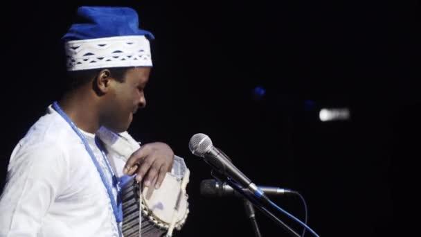 Středoafrické hudebník s tradiční oblečení
