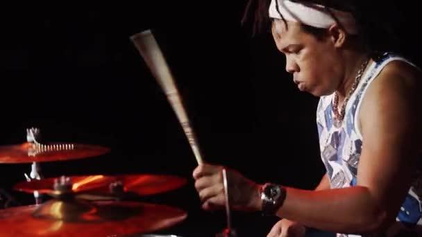 Afroamerican bubeník na jevišti