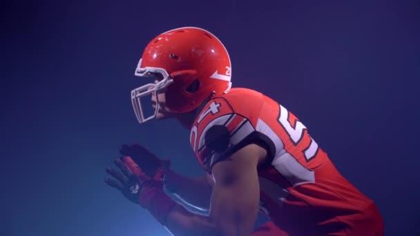 Amerikai-futball játékos elszigetelt akcióban