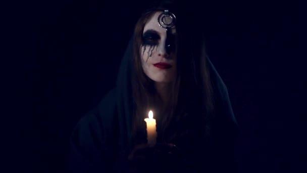 Strašidelné Halloween dívka se svíčkou