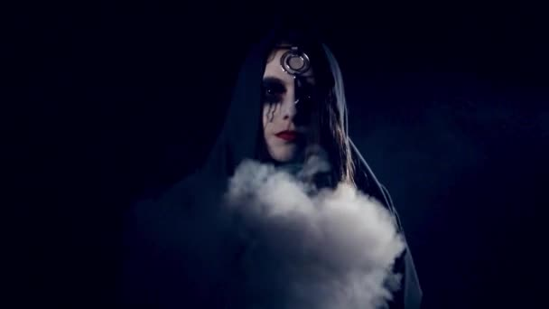 Halloween děsivé dívka casting kouzla v kouři