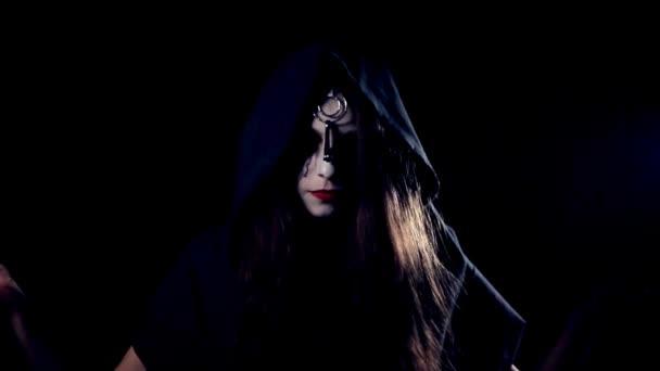 Halloween děsivé dívka casting kouzla v kapuci