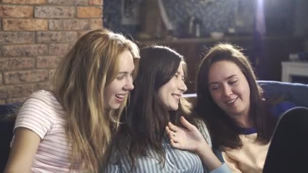 A boldog női barátok együtt töltenek egy kis időt. Nők ülnek a kanapén, nevetnek, titkokról és pletykákról beszélgetnek. Millenniumi többnemzetiségű lányok, tinédzserek vagy diákok szórakoznak otthon. A barátság fogalma