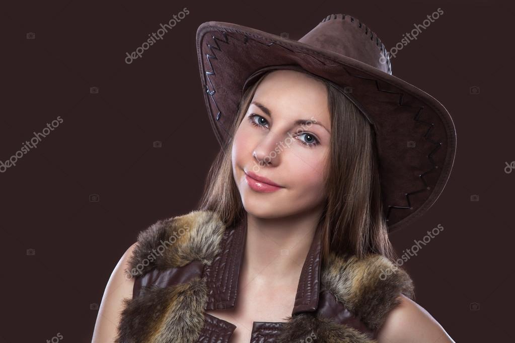 2c5eb9bda8549 Jovem e bela garota sexy em peles colete e chapéu de cowboy — Fotografia de  Stock