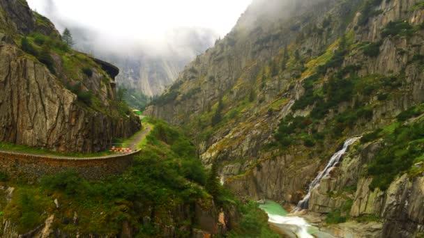 Odstupem času hory ve Švýcarsku. vodopád mraky léto