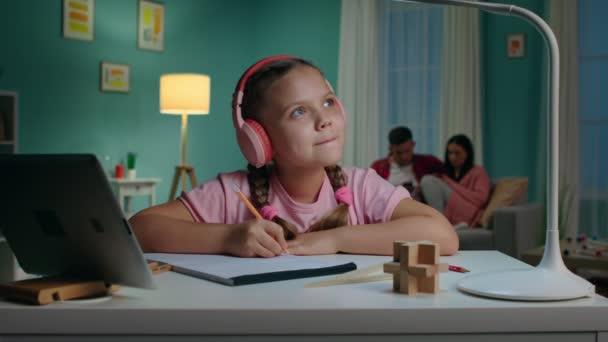 Lány Gyermek házi feladatot csinál Ül az asztalnál