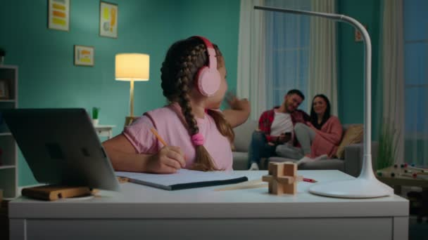 A kislány a nappaliban tanul.