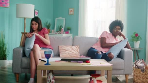 Zwei junge Frauen nach Streit