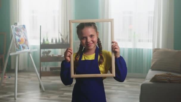 Kleines Mädchen posiert vor der Kamera