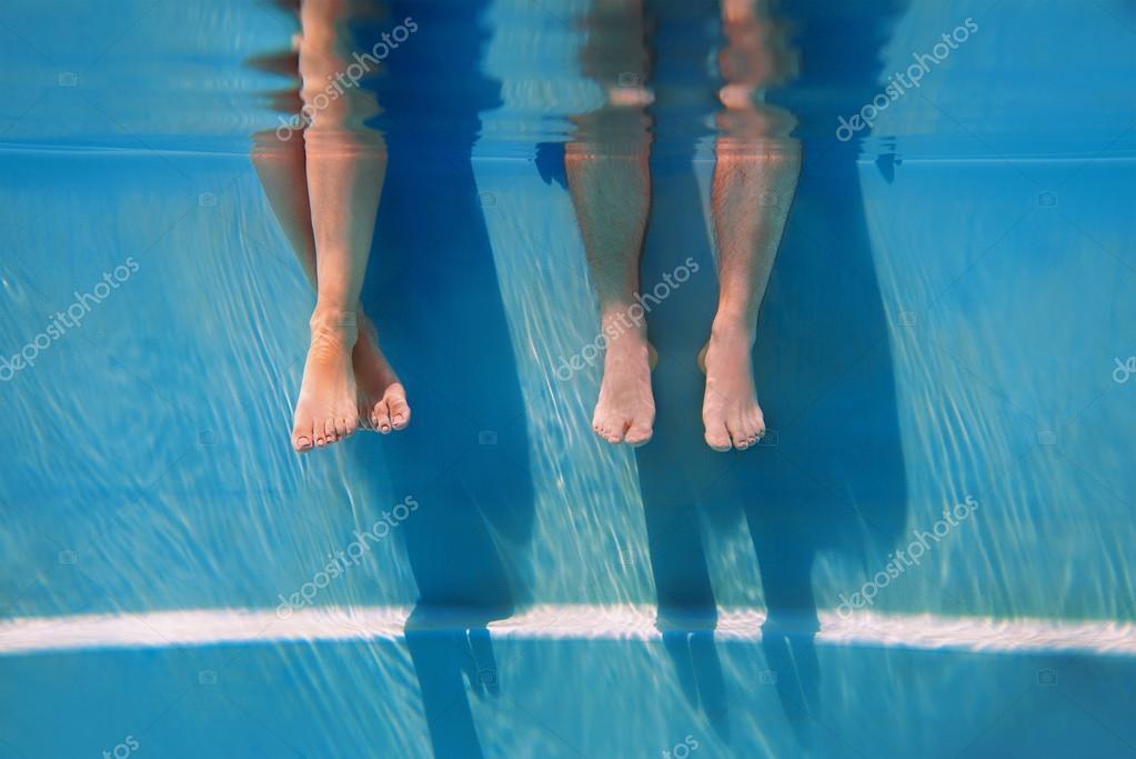 Jambes des adultes en journ e ensoleill e dans la piscine for Journee piscine