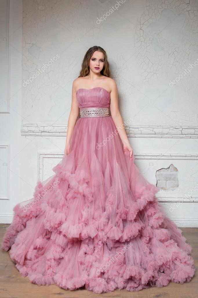 0367df7a1f Ritratto di giovane bella ragazza in abito lungo rosa — Foto Stock ...