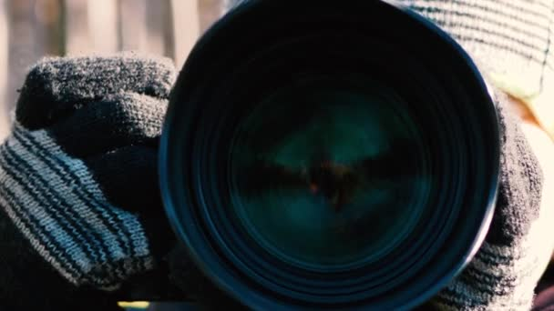Fotograf drží ruční fotoaparát, detailní záběr