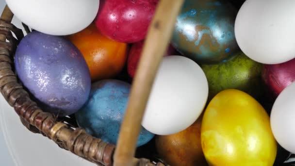 In einem Korb rotieren gefärbte Eier. Ostereier in allen Farben