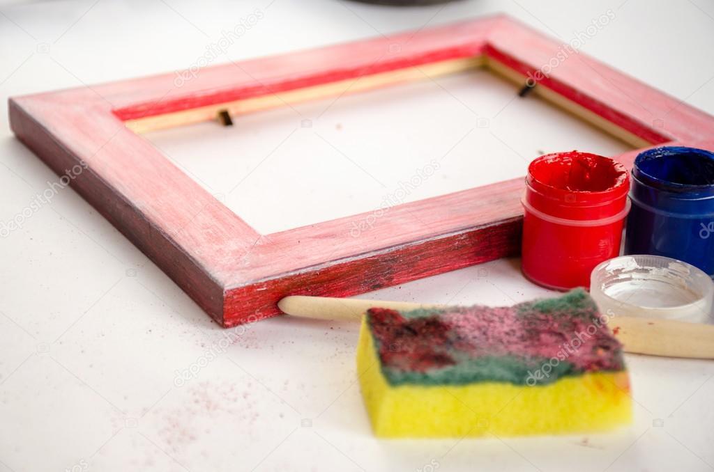 Pintar marco de madera con pinturas, esponja y pincel — Fotos de ...