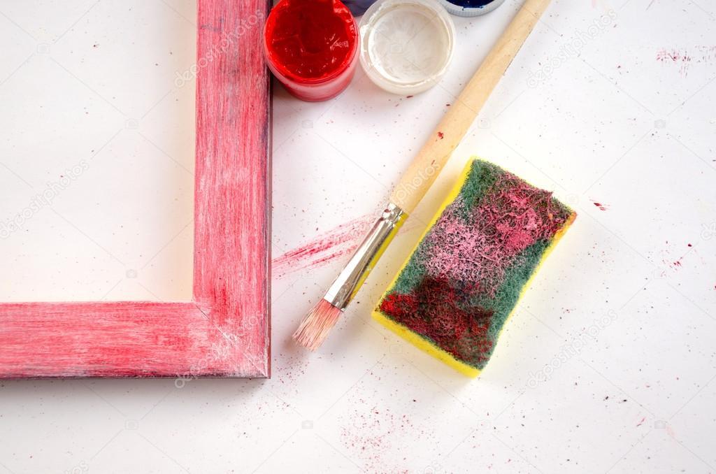 Pintar marco de madera con pinturas, esponja y pincel — Foto de ...