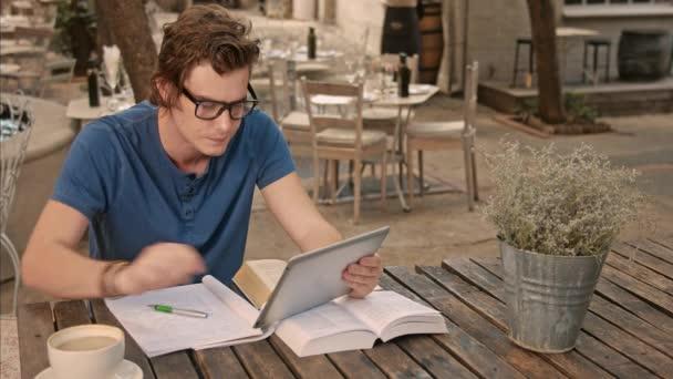 univerzitní studenti studující s technologií