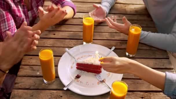 přátel, oslavu narozenin v kavárně