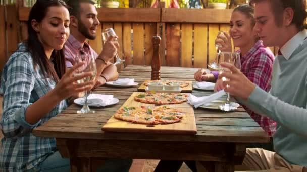 Skupina mladých přátel se těší na jídlo