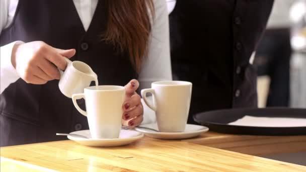 pincér készül a kávé bögrék