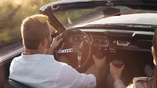 Kávét iszik, autó vezetés közben pár