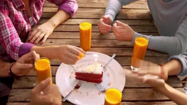 Skupina přátel, slaví narozeniny