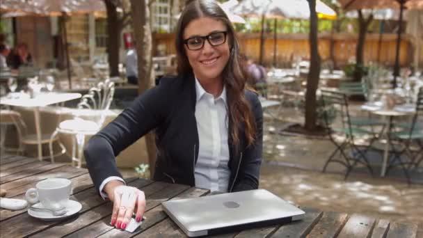 podnikání žena platit a přijímá její kávy Billa