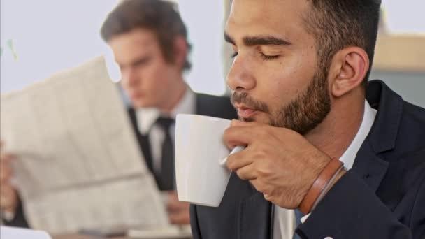 obchodní člověka těší jeho přestávka na kávu v kavárně