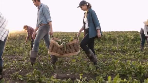 Pár zemědělci nesli košíky