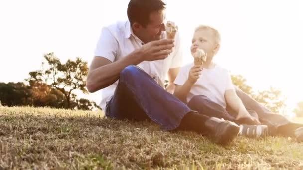 otec a syn jíst zmrzlinu