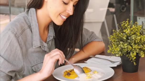 beutiful woman naked eating