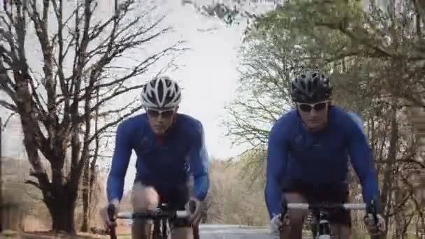 muži na kole na silnici