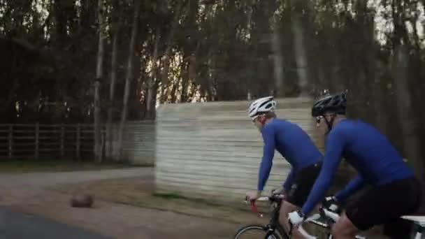 muži, pitné vody a prodával na silniční cyklistické kolo