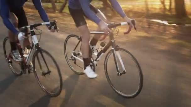 dva muži na kole na silnici