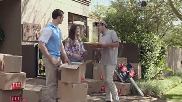 dodání balík k šťastnému páru z courier