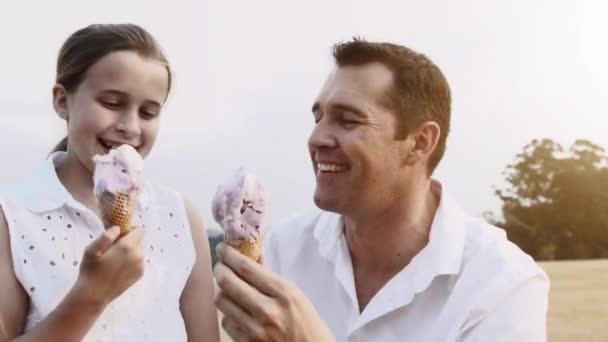 Otec a dcera jíst zmrzlinu v parku