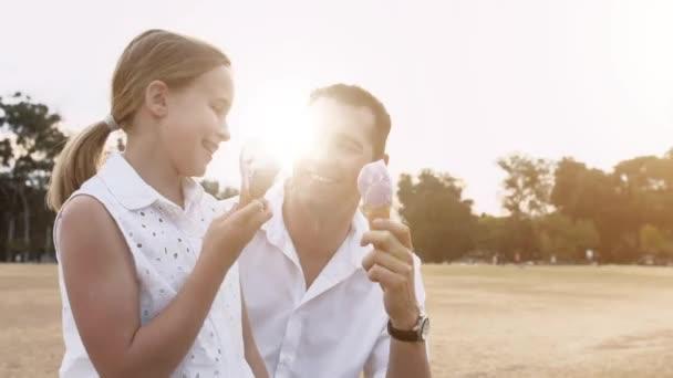 Otec a dcera jíst zmrzlinu